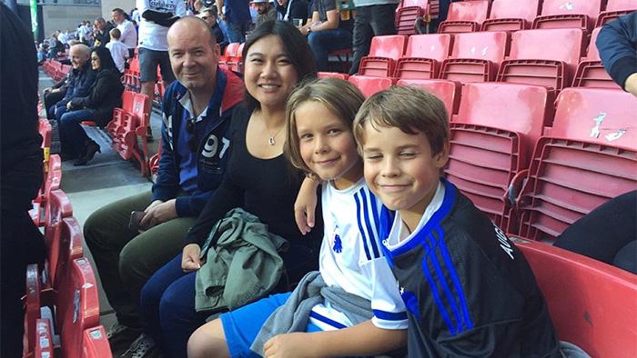 Amy med sin værtsfamilie til fodbolg
