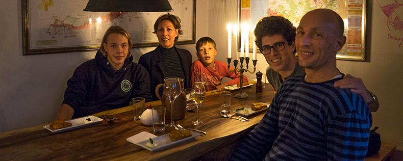 Med værtsfamilien på restaurant