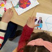 Student og barn tegner